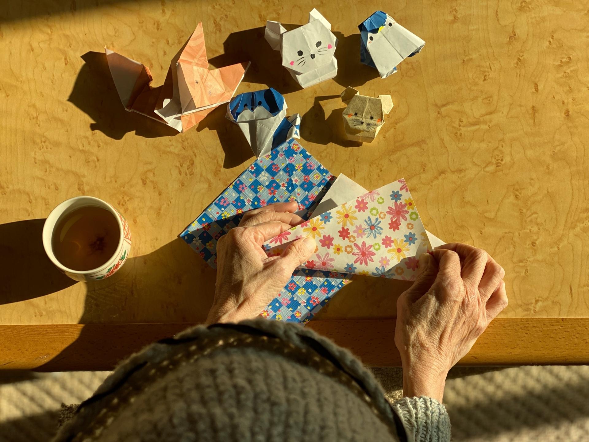 作業療法 高齢者が折り紙を折るシーン